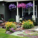 Flori in gradina din fata casei