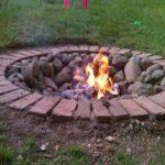 Foc de tabara cu caramizi si pietre