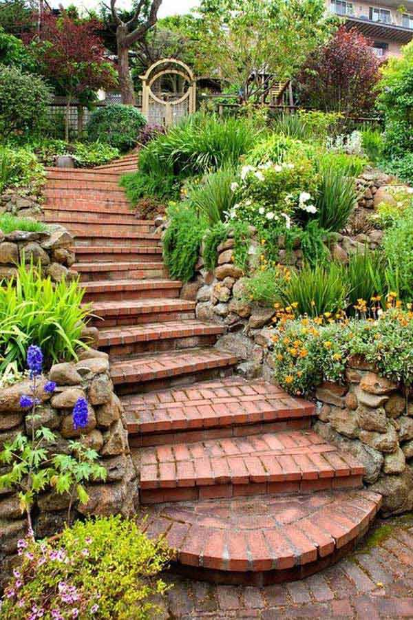 Gradina cu scari din caramizi