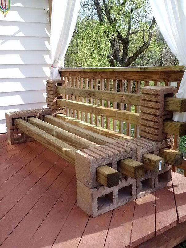 Banca terasa din caramizi si lemn