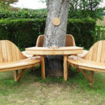 Banci din lemn langa copac