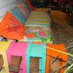 Canapea din lemn si caramizi
