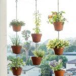Decor balcon cu vase agatate