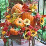 Decor de toamna cu bostani si flori