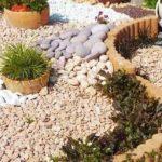 Decor gradina cu pietre si flori