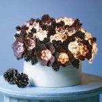 Decoratiune cu lumini si conuri de brad