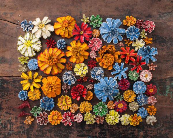 Decoratiune flori din conuri de brad