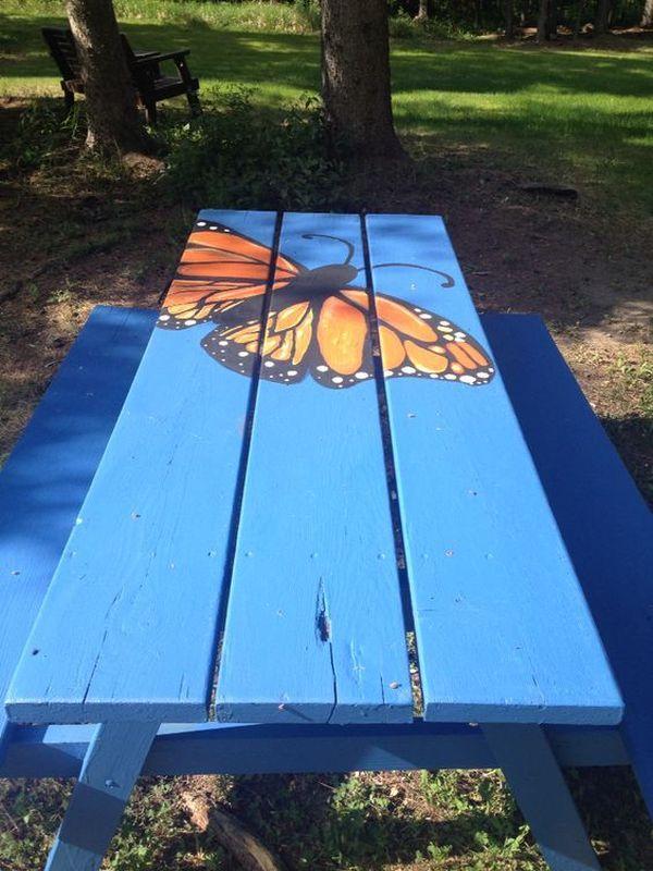 Fluture pictat pe masa