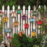Gard decorat cu casute de pasari