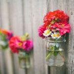 Gard decorat cu flori colorate