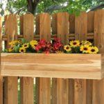Jardiniera cu flori pe gard