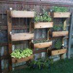 Jardiniere prinse pe gard