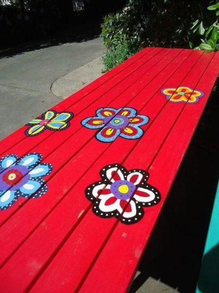 Masa pictata cu flori