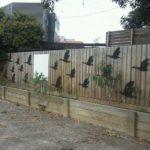 Pasari pictate pe gard
