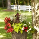 Suport de flori din galeata veche
