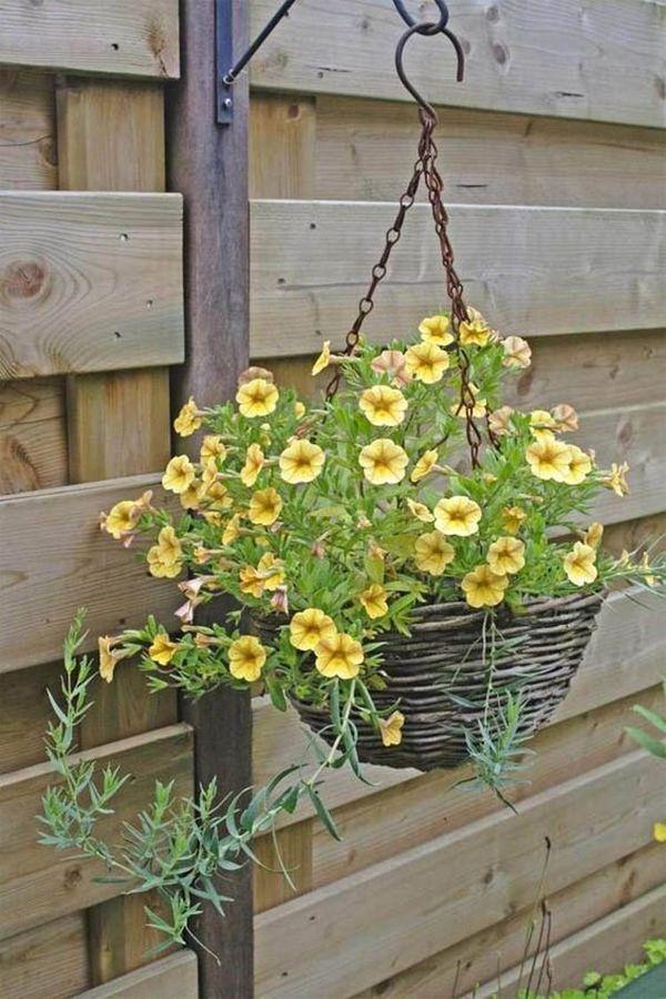 Suport flori agatat din cos de nuiele