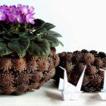 Vase decorate cu conuri de brad