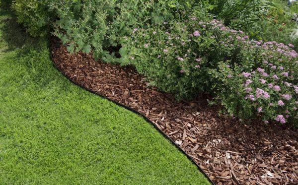 Amenajare gradina cu gazon si mulci de lemn