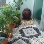 Amenajare balcon cu pietre colorate