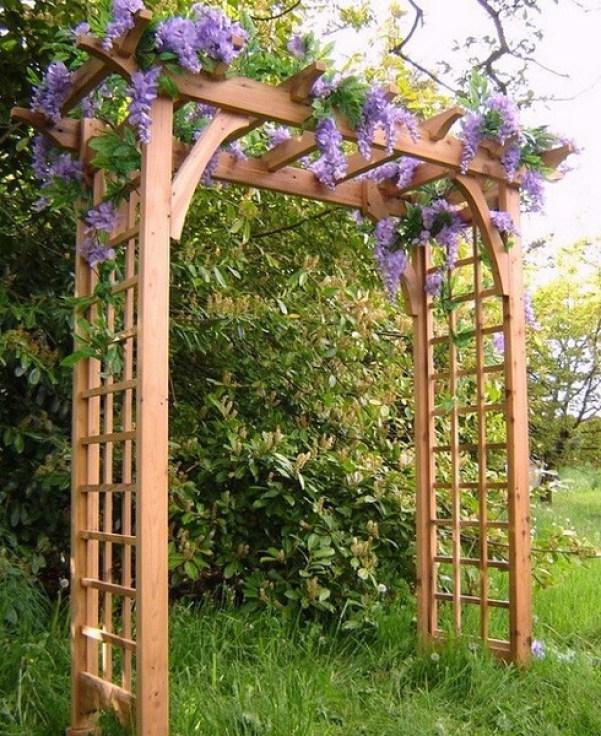 Arcada din lemn cu flori