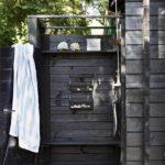 Cabina moderna de dus in gradina