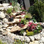 Cascada si straturi de flori placate cu piatra de rau