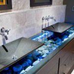 Decor modern baie cu pietre de rau