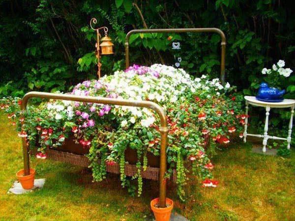Decoratiune gradina din pat cu flori