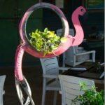 Decoratiune in forma de flamingo din anvelope vechi