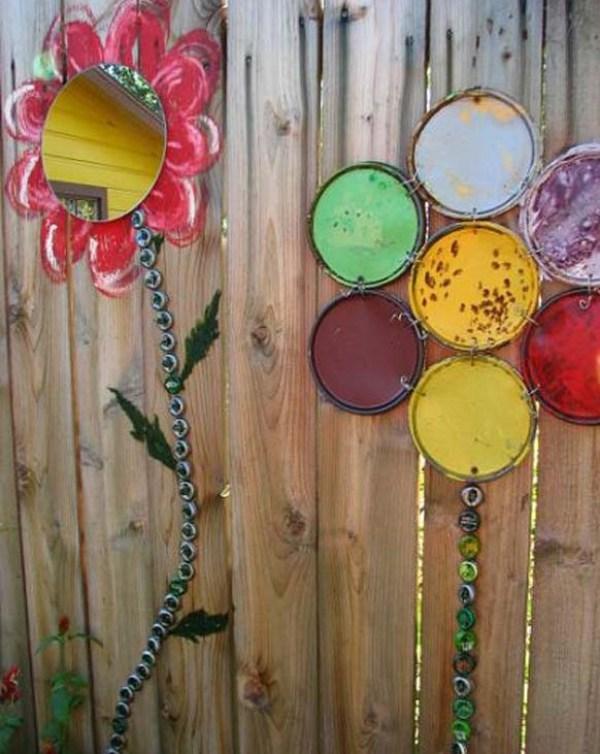 Flori colorate pe gard