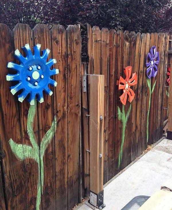 Flori din capace pe gard