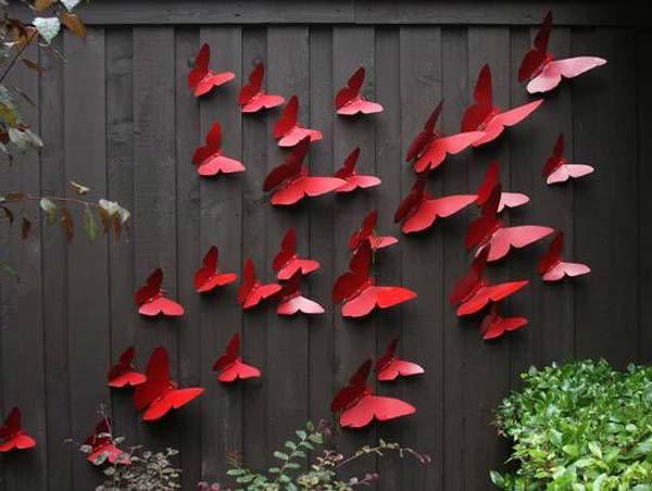 Gard decorat cu fluturi rosii