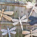 Gard decorat cu libelule din lemn