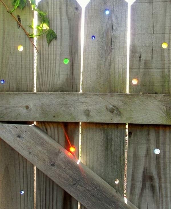 Gard decorat cu pietre colorate