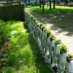 Gard din sticle de plastic cu flori
