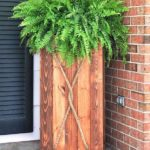 Ghiveci mare din lemn langa intrare