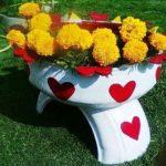 Jardiniera cu flori din anvelope