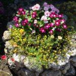 Jardiniera gradina placata cu piatra de rau