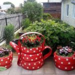 Jardiniere in forma de ceainic din anvelope