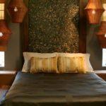 Perete dormitor placat cu pietre de rau