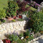 Straturi inaltate cu flori placate cu piatra de rau