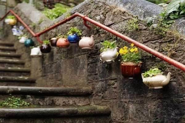 Zid decorat cu ceainice vechi