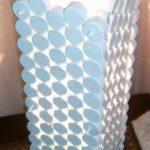 corp de iluminat realizat din dopuri de plastic