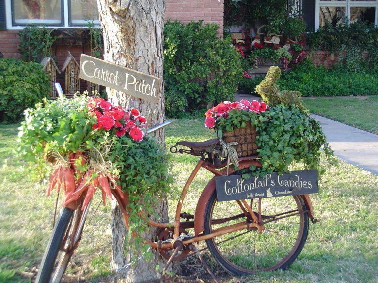 Bicicleta tranformata in suport pentru ghivece