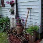 Colt de gradina cu obiecte vechi decorative