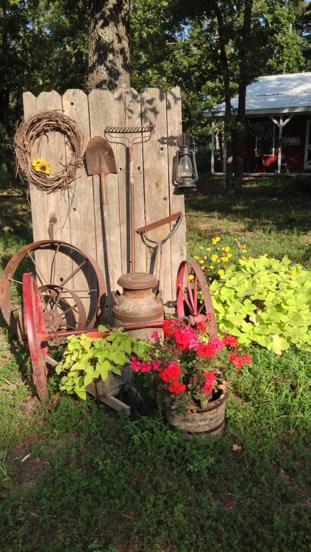 Depozitare decorativa a uneltelor de gradina