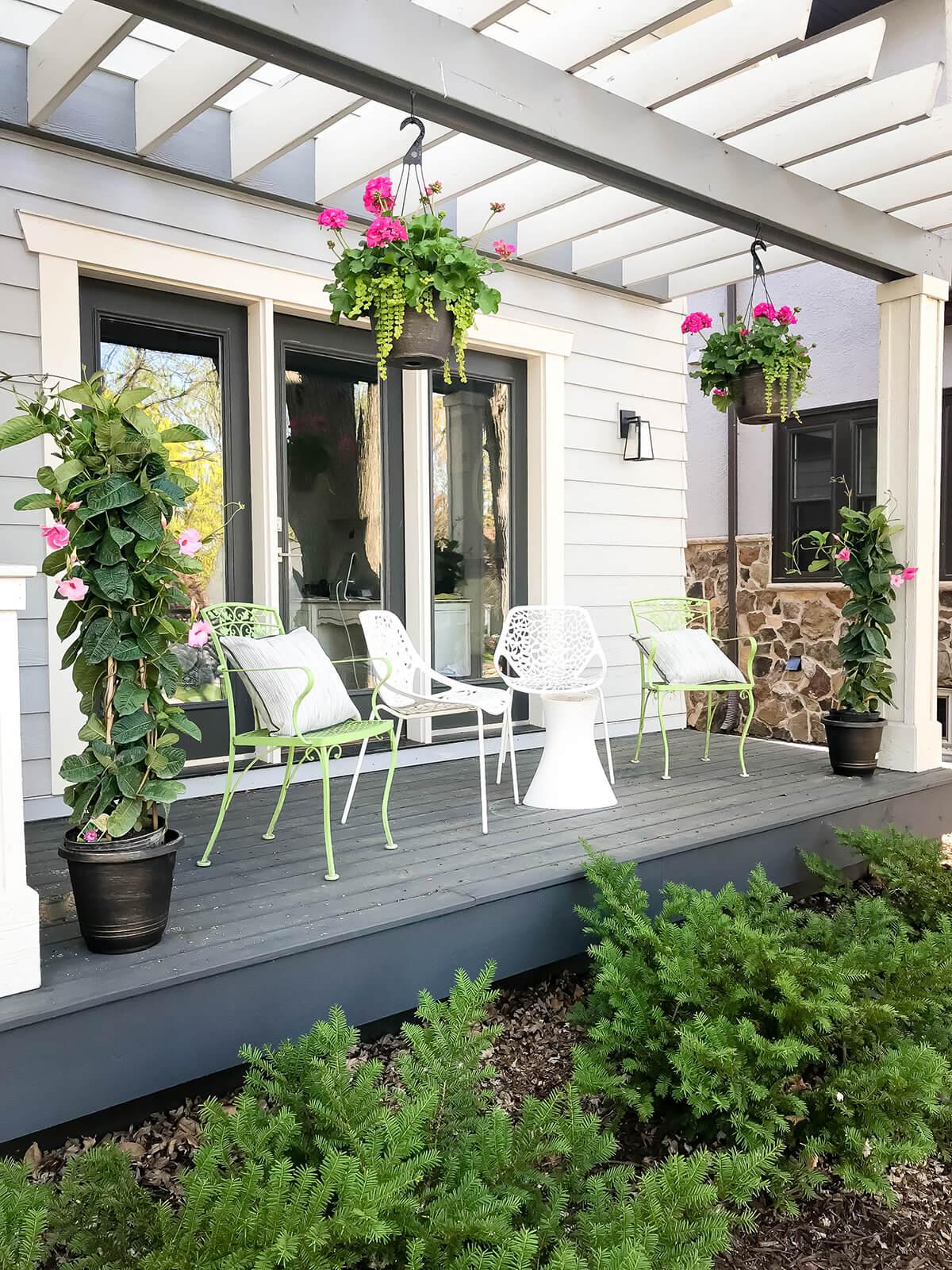 veranda acoperita cu pergola alba